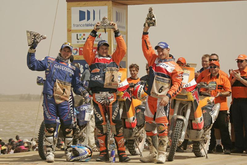 ccr-dakar-2006-bike-category-podium-winner-marc-coma-celebrates-with-cyril-despres-and-gio-2